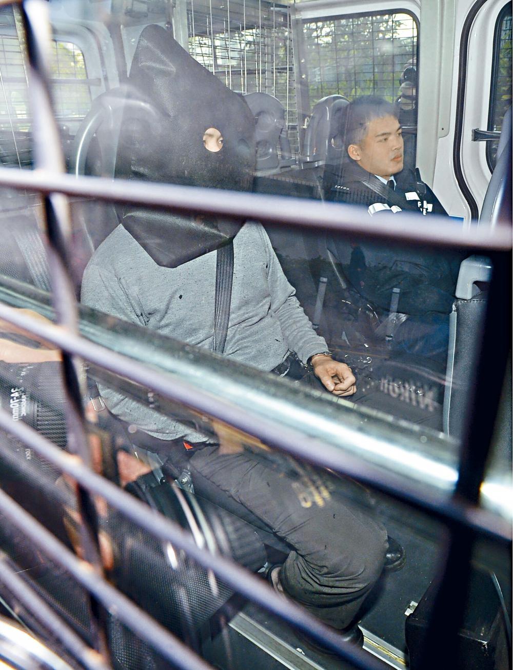 涉事九巴車長蒙頭,由警員押上法庭提堂。