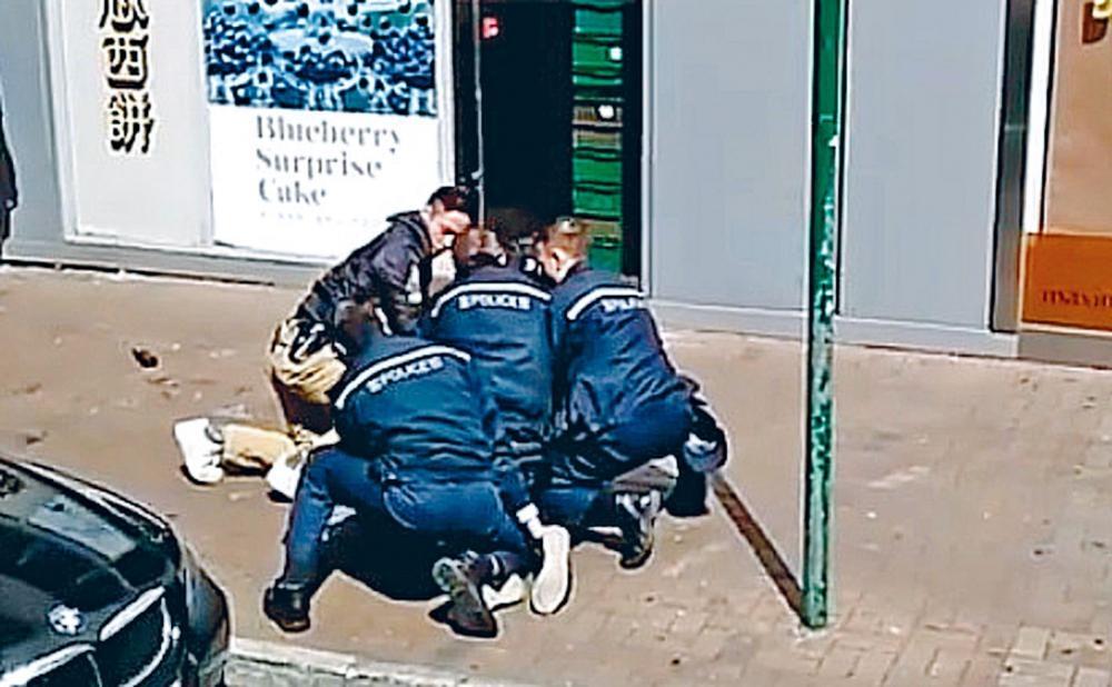 五名警員在龍琛路合力將疑人按地制服。