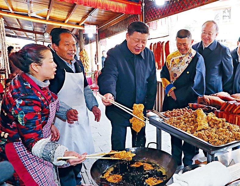 習近平考察映秀鎮時,在村民開辦的飯店體驗炸酥肉。