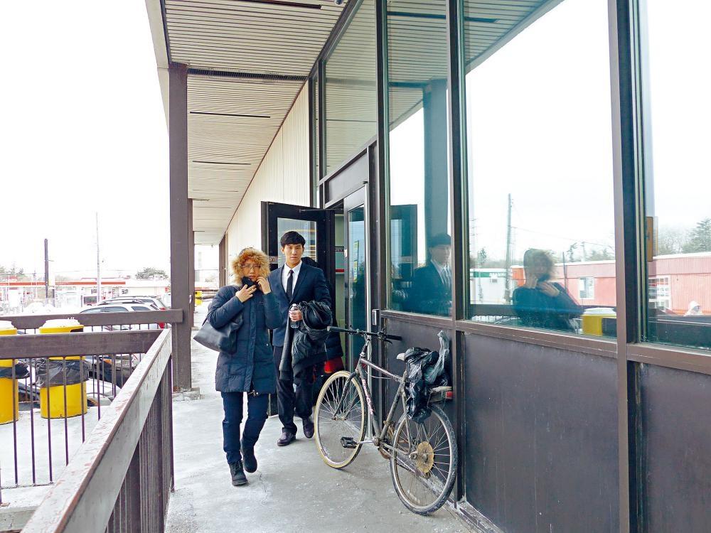 范博喬與母親離開法院。本報記者攝