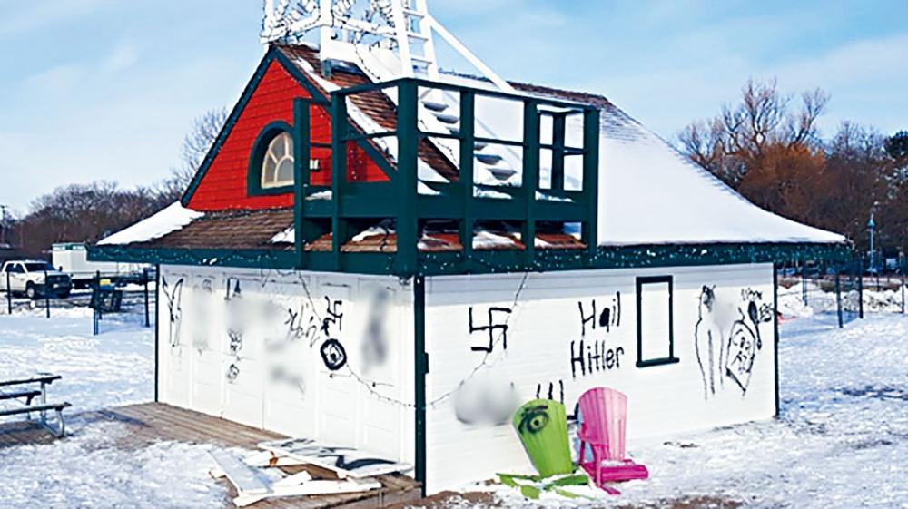 東區湖濱有近百年歷史的救生站遭人噴上種族主義塗鴉。   CTV圖片