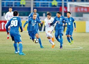 傑志(藍衫)作客天津上半場在八分鐘內狂失三球。