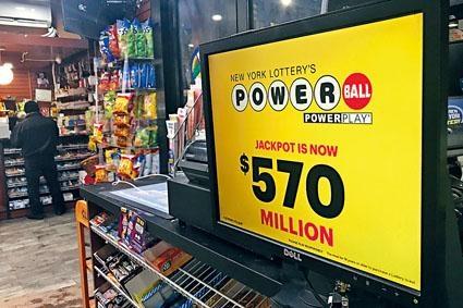紐約一家商店上月展示強力球累積彩金。