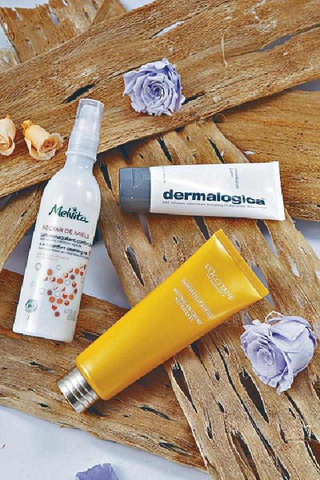 Melvita 3in1 Comfort Cleansing Milk $200(左)  dermalogica Precleanse Balm $448(右)  L'occitane Divine Cleansing       Cream-in-foam $330(前)
