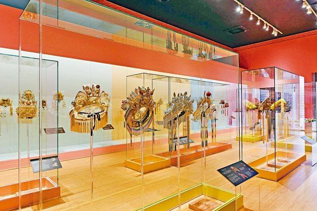 ●《金冠銀冕華麗緣──陳國源60載帽飾藝術》於時代廣場露天廣場舉行。