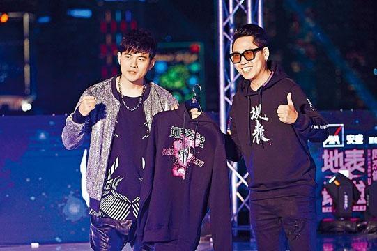 ■張國威(右)為周杰倫設計限量T-shirt。