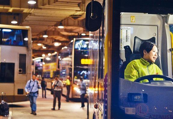 ■發起罷駛的大聯盟發起人葉蔚琳將巴士停在尖沙嘴麼地道巴士總站出口,堵塞其他巴士出入。