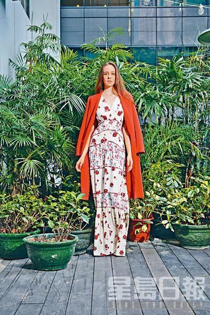 紅色花卉圖案白色連身裙、紅色長身外套。