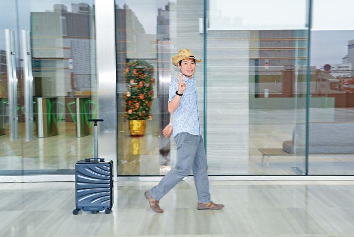 毋須拉或推,智能喼會以約0.5米距離緊緊跟隨用家行走。