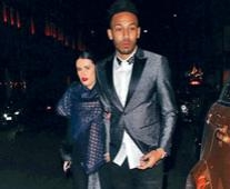 奥巴美扬周一携女友外出用宴,心情未见受英联盃决赛失利困扰。