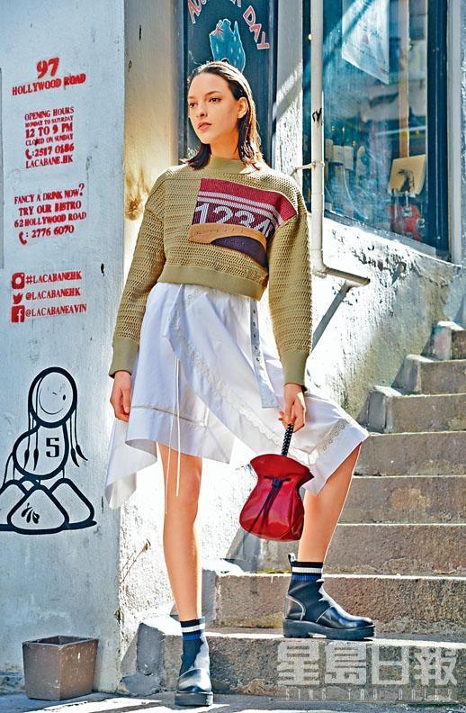 針織Cropped Pullover、白色連身裙、拼料Cat Knitted短靴、紅色Ray Bag。