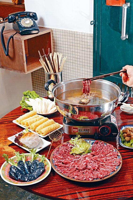 原盅燉花膠鮑魚淮山杞子烏雞湯 ,店內裝潢懷舊,在此享用火鍋,猶如回到昔日的屋邨時光。
