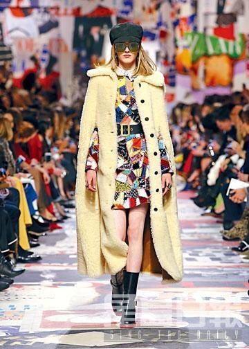 以彩色布料拼接而成的連身裙,外披毛毛大褸,乃Dior秋冬焦點造型之一。