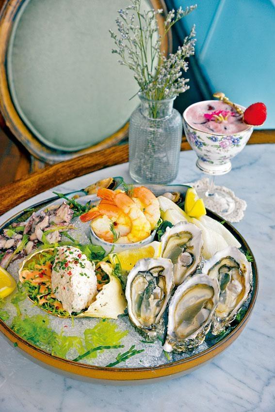 Seafood Platter,包括法國芬迪奇生蠔、紐西蘭青口、大蝦、小魷魚和生八爪魚片,以及阿拉斯加皇帝蟹腳炮製的蟹肉沙律。