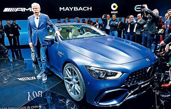 平治主席Dieter Zetsche跟全新AMG GT 4-Door Coupe合照,他說品牌近年推出多元化車款,可給車迷更多選擇。
