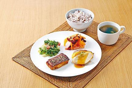 ●沖繩套餐分量豐富,營養十足,可配上琉球紅茶。($128)