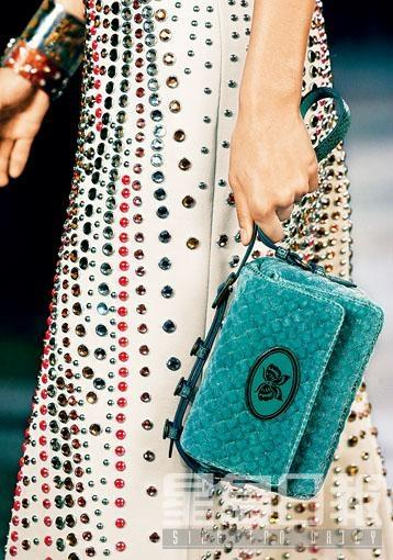 ■Bottega Veneta春夏系列綠色絲絨織紋迷你手袋/$18,900。