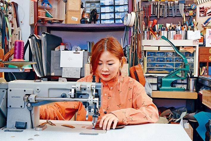 設計師Hebe Law在鋪內闢了一角為工作室,平日就在此默默製作新產品。