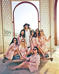米娜在Instagram張貼與七名好友參加告別單身派對的照片。