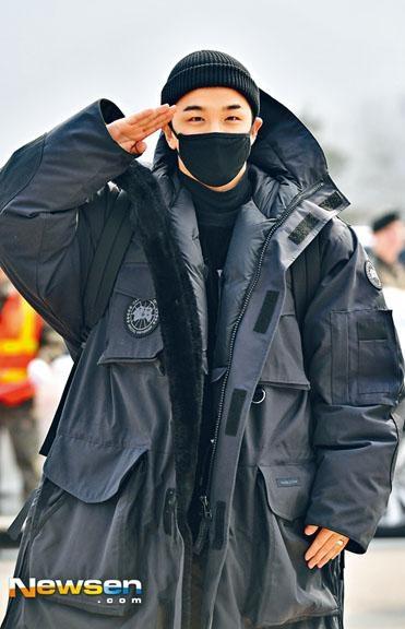 太陽昨日開始入伍,他在軍營外向傳媒及fans敬禮。