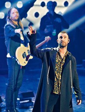 Bon Jovi獲頒「經典偶像獎」,在台上表演大熱歌曲。