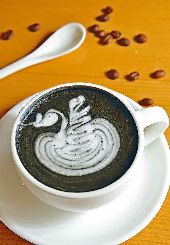 竹炭咖啡豐富的奶脂下略帶微酸,黑啡上有一隻白天鵝拉花圖案,謹記把握時間用相機拍下留念。
