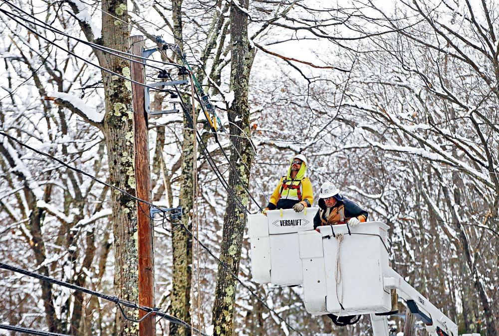 新州多地仍未從之前兩股風暴中恢復過來,仍有數千人停電。美聯社