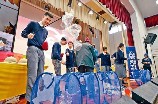 裘槎科學周在全港中小學舉行巡迴科學表演,包括佛教大雄中學,學生在表演期間獲邀上台參與廢物回收的環節。