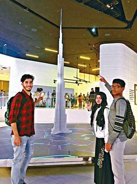 學生參觀全球最高建築物哈利發塔模型。