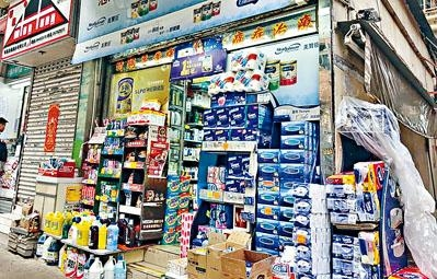 女騙徒早前曾向藥房訂奶粉交貨,記者發現其「貨倉」原來是藥房後巷。