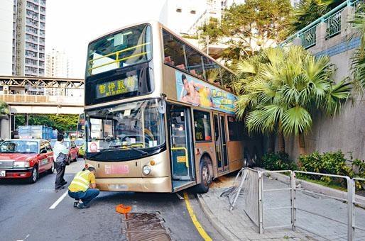 失控溜後巴士剷上行人路,再撞屋苑外牆停下。