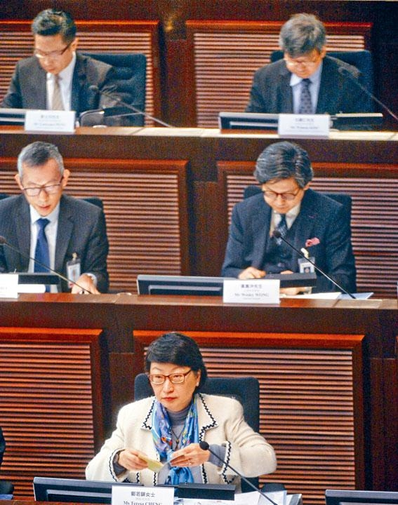 律政司司長鄭若驊重申,「一地兩檢」條例草案沒有牴觸《基本法》。