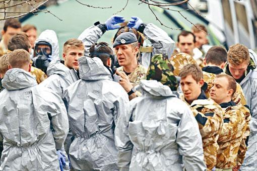 軍方人員日前在索爾茲伯里市一個停車場準備移走車輛,調查中毒案。