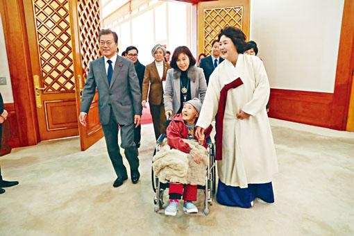 文在寅夫婦一月在總統府會見一名前慰安婦。