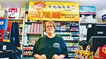 出售中獎彩票的便利店,圖為一名店員。
