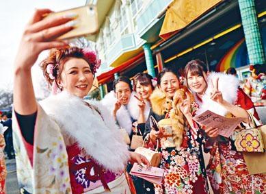 日本人踏入二十歲會參加「成人式」慶祝成年。