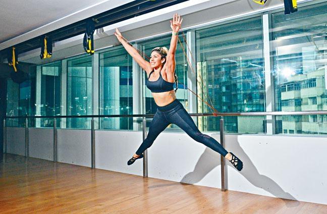 ●芭杆運動的動作變化極多,Susann指:「導師會善用不同的器材,如芭杆、軟墊、彈力帶(Elastic Band)、Magic Circle、Gliders及Soft Ball等輔助,並因應學員能力及興趣,設計合適的動作。服裝方面,盡量避免穿領口過鬆的上衣,褲子鬆身或貼身亦可,另可穿五趾鞋襪,方便做出固定動作。」