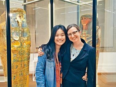 趙嬿鎔於澳洲雪梨大學內的The Nicholson Museum實習,在導師協助下籌備館內展覽。