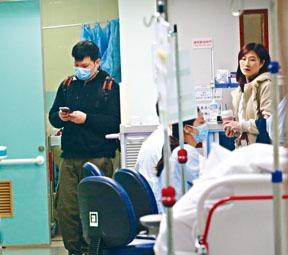 杜穎楠丈夫及女親友到病房探望。
