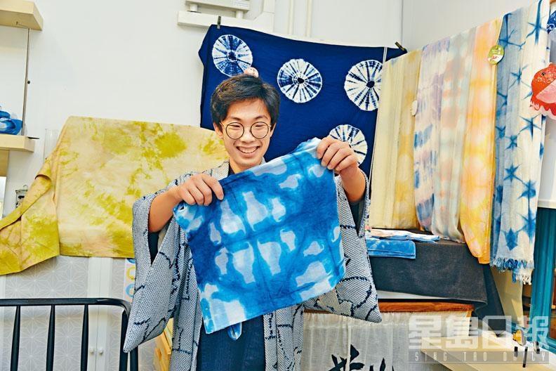染樂工房創辦人之一Eric,以紫椰菜製成藍色染料,示範利用動物板染的方法,即場製作出一條小貓圖案絲巾。