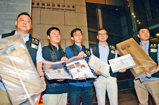 ■警方展示起回的大鐵錘及首飾贓物,包括一枚值逾一千八百萬元鑽戒。