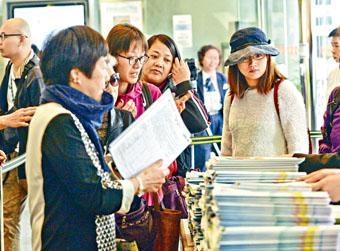 早前新居屋首日派表亦吸引大批市民排隊。