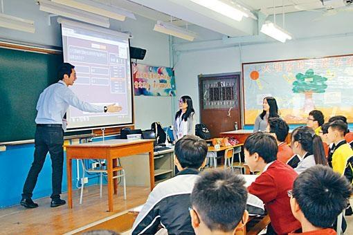 教育大學與嶺南鍾榮光博士紀念中學合作,設計文言文校本課程,包括加入互動式的中文科百萬富翁遊戲;圖為中三學生參與遊戲的情形。