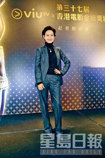 ■影后級的惠英紅以Giorgio Armani的Luxury Denim Collection牛仔西裝外套及長褲,配襯黑色上衣,塑造出簡約幹練的英姿。