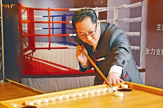 康樂棋規則多多,連拿球桿姿勢也大有學問。