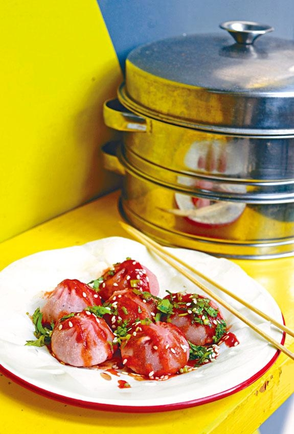 川妹子Baby小籠包,加入紅肉火龍果染成粉紅色,但吃不到火龍果味,內有豐富湯汁,面層灑了秘製醬汁和辣醬,十分惹味。