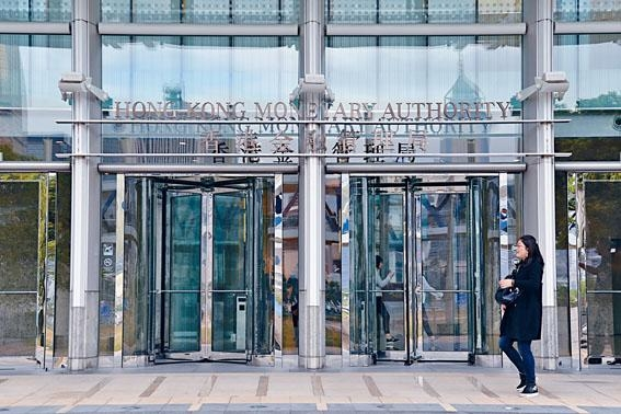 若港匯跌至弱方兌換保證價,金管局將出手入市接貨買入港元穩定匯率。
