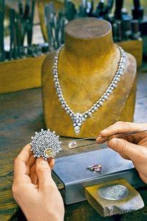 新系列部分飾品鑲嵌珍罕的橙粉紅色帕帕拉恰(Padparadscha)藍寶石,配合多變的佩戴方式,彰顯品牌風格與特色。