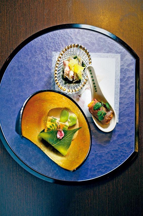 前菜三食,以北海道毛蟹製成醋物,配以燒鹿兒島和牛伴海膽,以及兵庫縣鯛魚子製成的啫喱,鮮味開胃。