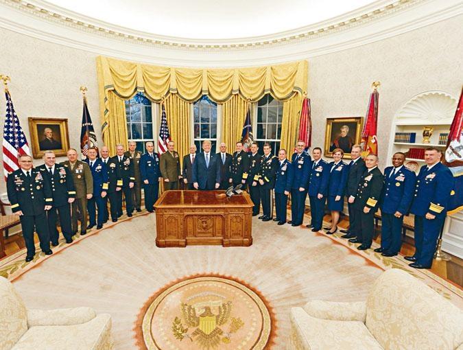 特朗普周二上載他在白宮與十九名軍隊司令拍攝的照片,展示實力。